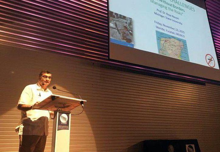 Reza Nassiri, profesor de la Universidad Estatal de Michigan, durante la plática que impartió en el auditorio del Hospital Regional de Alta Especial de Yucatán. (Milenio Novedades)