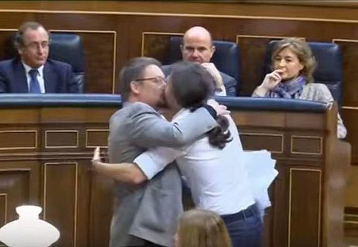 Pablo Iglesias (der), bajó de su escaño y dio un abrazo y un beso al líder del partido catalán En Comú Podem. (Captura de pantalla YouTube/EFE)