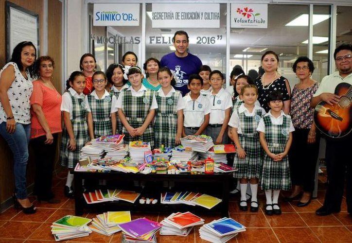 La Fundación Sini Ko´ob en compañía de alumnos del Colegio Latino entregaron los artículos escolares. (Redacción/SIPSE)