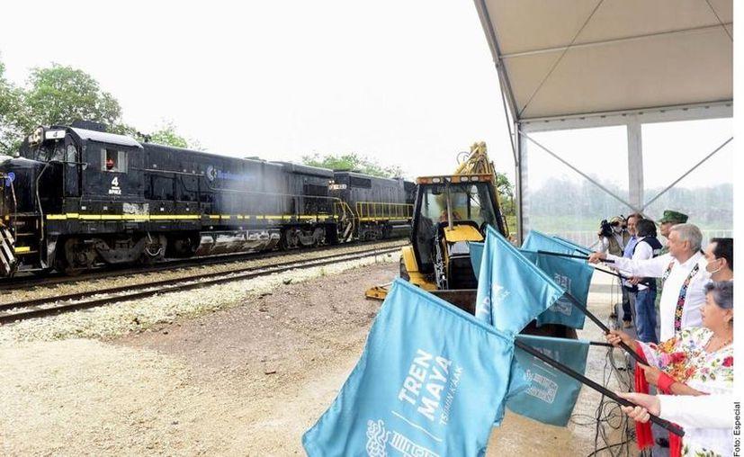 Bajo los efectos de una tormenta tropical, el Presidente Andrés Manuel López Obrador dio el banderazo de inicio al tramo del Tren Maya, Izamal, Yucatán, a Calkiní, Campeche. (Agencia Reforma)