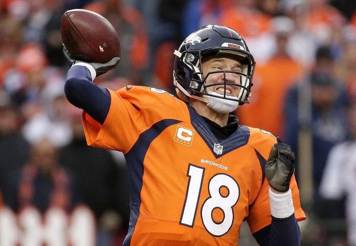 Peyton Manning supo llevar a los Broncos de Denver a la victoria 20-18, aunque en el cierre del partido estuvieron a punto de perder la ventaja sobre Nueva Inglaterra. Ahora esperan al ganador entre Panteras y Cardenales. (AP)
