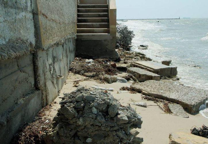 La embestida del mar poco a poco socaba los cimientos de cientos de casas veraniegas, en Progreso. (Milenio Novedades)