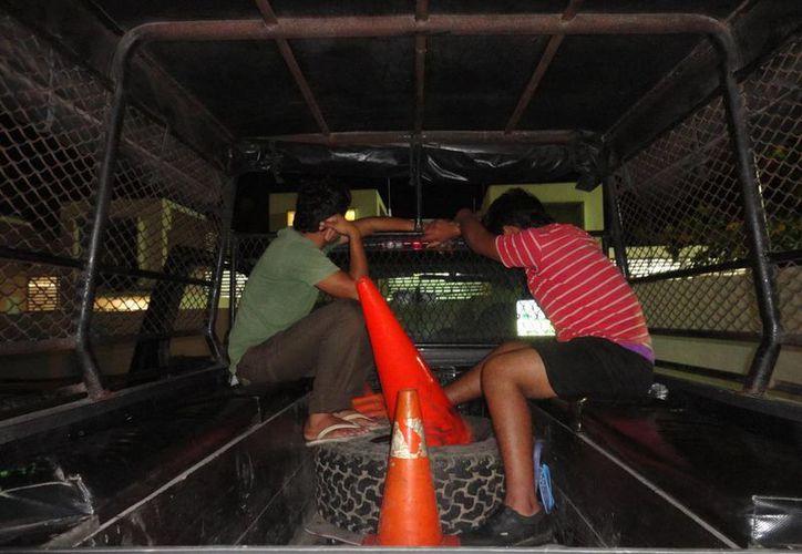 'Revoltosos' detenidos ayer por la SSP durante el Carnaval. (Fernando Poo/SIPSE)