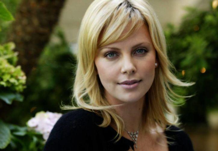 La actriz sudafricana Charlize Therón adoptará una niña estadounidense. Hace años adoptó un niño sudafricano. (wallpixo.com)