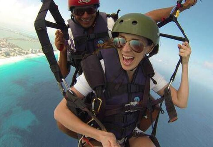 La actriz se aventuró a ver los colores del Mar Caribe desde un parapente. (Facebook/jackybrv.JackyBracamontes)