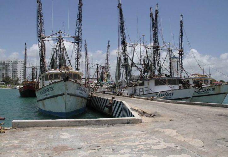 El marinero Sergio tiene cuatro barcos camaroneros. (Tomás Álvarez/SIPSE)