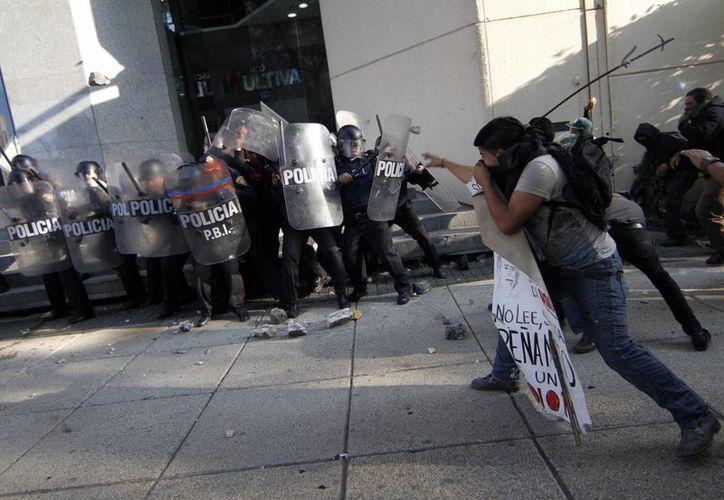 Otros 11 jóvenes que participaron en los disturbios aún podrían ser canalizados a fiscalías. (Notimex)