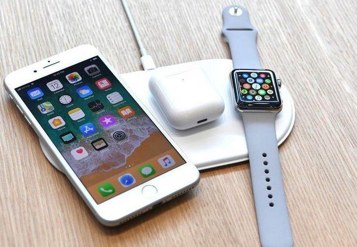 Toda la configuración funciona sin cables y puede cargar hasta tres dispositivos a la vez. (Apple)