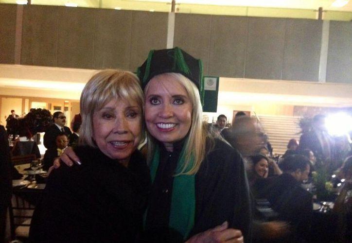 La productora de televisión Carla Estrada, quien en la foto aparece con su madre, anuncia su salida del programa 'Hoy'. (Notimex)