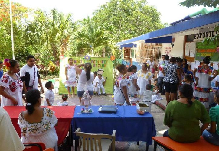 En las actividades participaron el personal docente y padres de familia. (Raúl Balam/SIPSE)