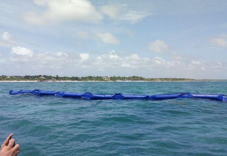 La primera fase de las barreras flotantes deberá quedar terminada hoy, para continuar en los demás puntos.  (Sara Cauich/SIPSE)