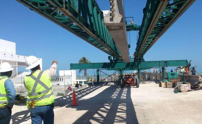 Fotografía de la instalación de una trabe, en el Viaducto Alterno del Puerto de Altura de Progreso. (José Acosta/SIPSE)