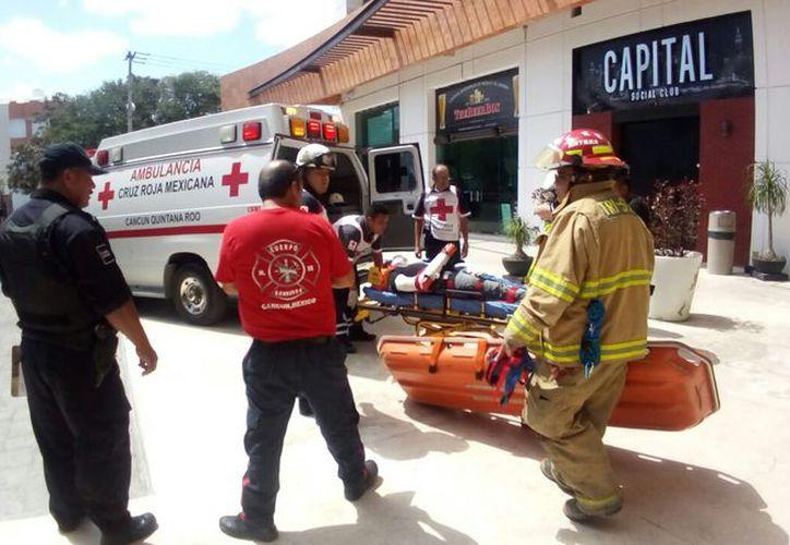 Paramédicos de la Cruz Roja atendieron al lesionado. (Eric Galindo/SIPSE)