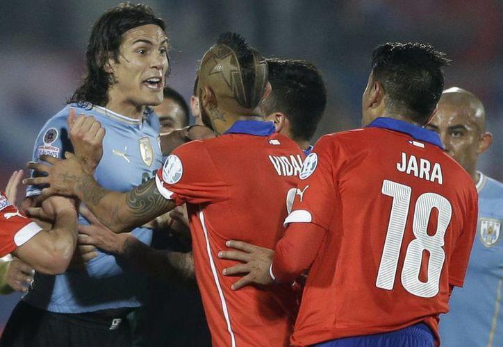 La Conmebol redujo a dos partidos la suspensión al defensa Gonzalo Jara, luego de la apelación que presentó la Federación de Fútbol chilena. (AP)