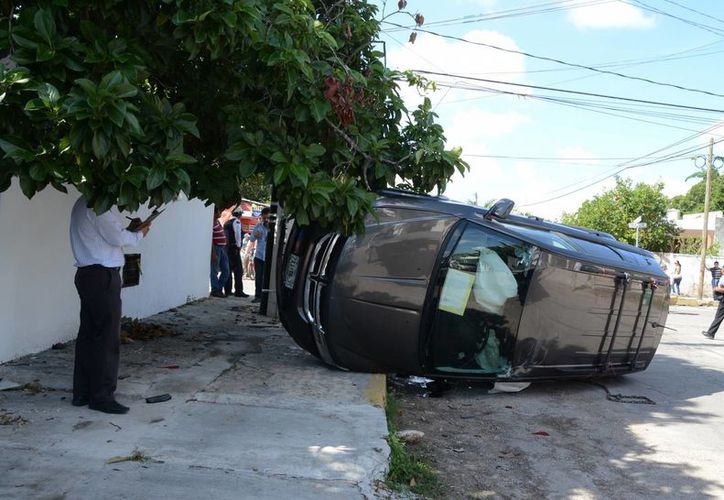 Esta camioneta Journey sacó la peor parte del choque en la colonia García Ginerés. La buena noticia es que nadie salió herido de gravedad. (SIPSE)