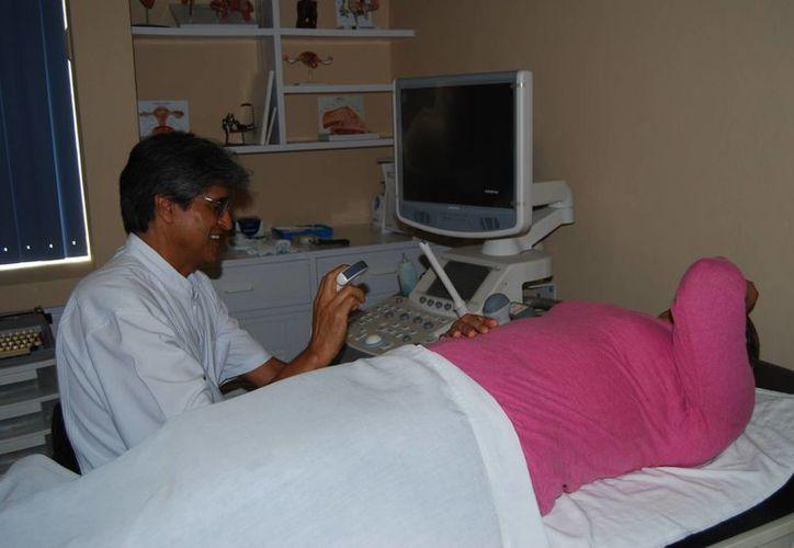 El programa para fomentar los cuidados de la salud femenina, proporcionan la primera consulta de manera gratuita. Imagen de un doctor al momento de atender a una paciente. (Archivo/SIPSE)