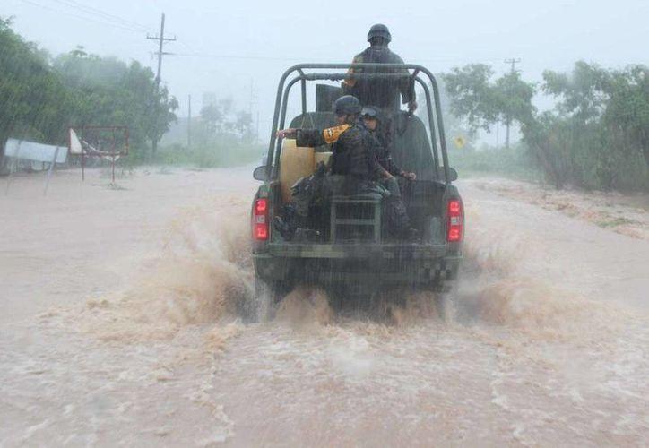 Recomienda a los automovilistas guardar la calma debido a las condiciones de los terrenos. (EFE)