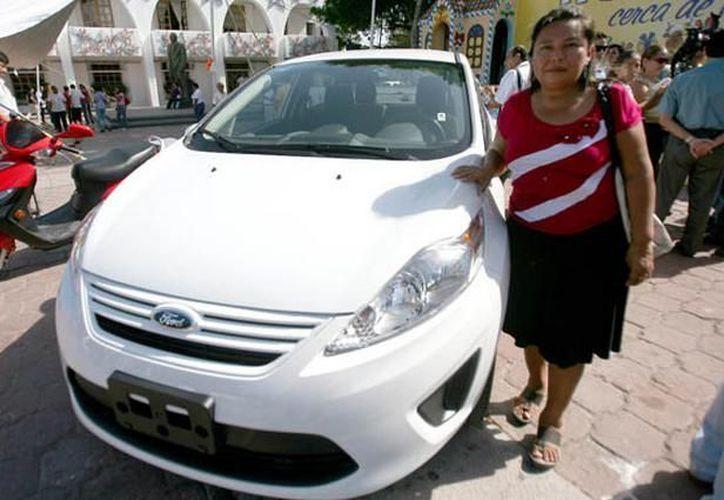 María Flora Catzín Chan, habitante de la Región 253 con su coche. (Cortesía/SIPSE)