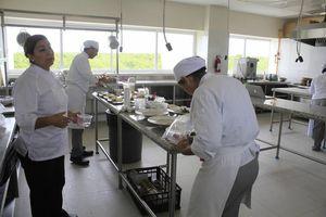 Universitarios se alistan para concurso culinario en Perú