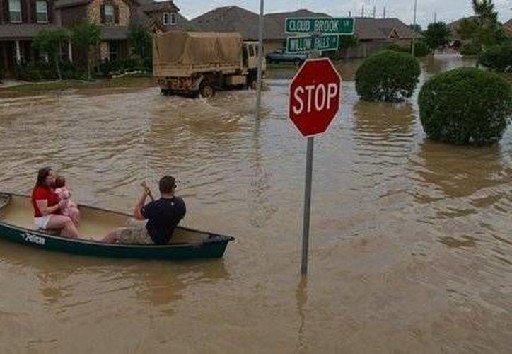 Seis de las 10 viviendas ubicadas en una calle cerrada fueron severamente dañadas después de las fuertes lluvias que cayeron. (Reuters)