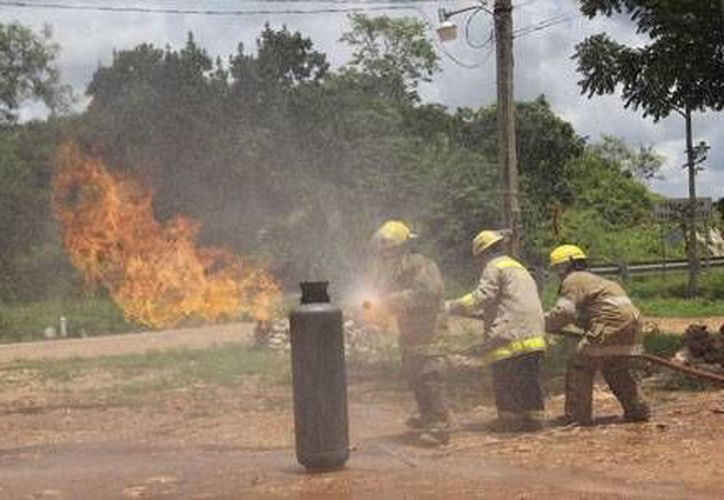Los bomberos realizaron una demostración del procedimiento que siguen ante una situación de emergencia. (Redacción/SIPSE)