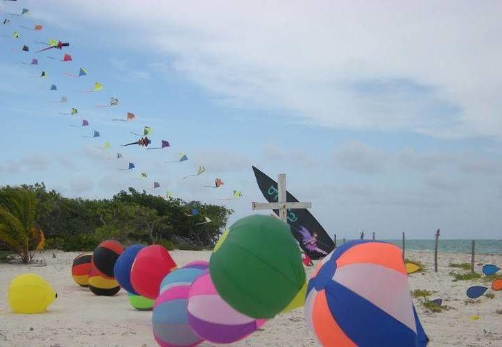 Decenas de coloridos cometas ondearon en las cálidas playas de Isla Blanca. (picasaweb/islablancakites)