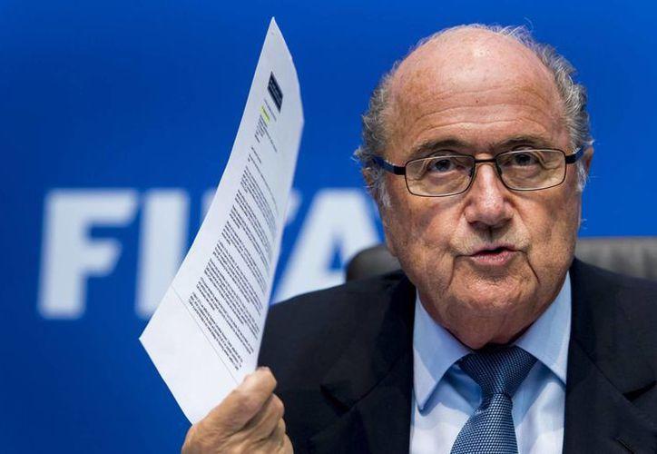 Bancos suizos identifican 53 posibles casos de lavado de dinero dentro de la investigación a la FIFA sobre la designación de las candidaturas para los mundiales de 2018 y 2022. En la foto, Josep Blatter, quien renunció recientemente a la dirigencia. (Foto: lopezdoriga.com)