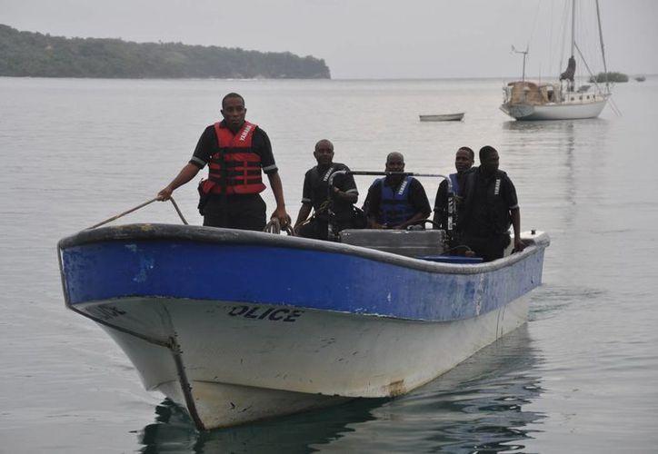 Miembros de la Policía Marina de Jamaica regresan a la costa tras una búsqueda infructuosa de un avión que se estrelló en el océano cerca de Port Antonio, Jamaica. (Agencias)