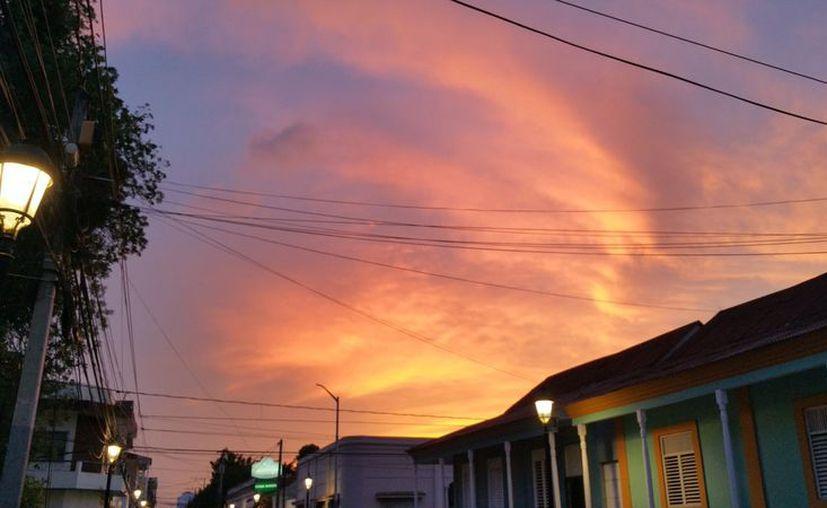 Durante estos días, el cielo suele presentar entre tonos rojizos y naranjas. (Imagen tomada del Twitter: @EzeAbinader)
