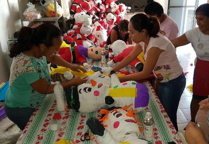 El personal del DIF continúa con la fabricación de piñatas. (Gloria Poot/SIPSE)