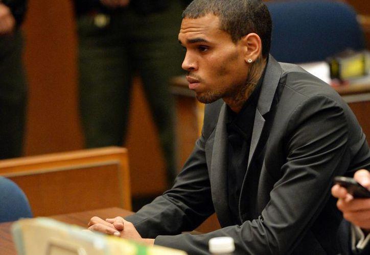 El cantante Chris Brown comparece en una audiencia judicial en un tribunal superior de Los Ángeles. (Agencias)