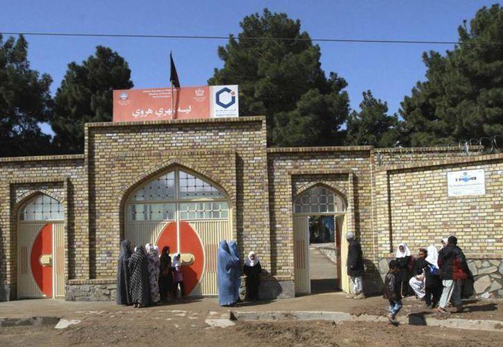 Varias niñas permanecen a las puertas de una escuela femenina inaugurada en Herat. (EFE)