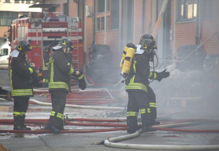El incendio que cobró siete vidas en una fábrica de ropa operada por chinos, en Toscana, ocurrió en un dormitorio improvisado. (Efe)