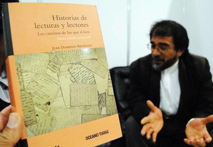 El libro de Juan Domingo Argüelles, 'Historias de lecturas y lectores', se compone de 16 entrevistas con figuras de la cultura nacional, entre escritores, científicos, editores e investigadores. (Milenio Novedades)