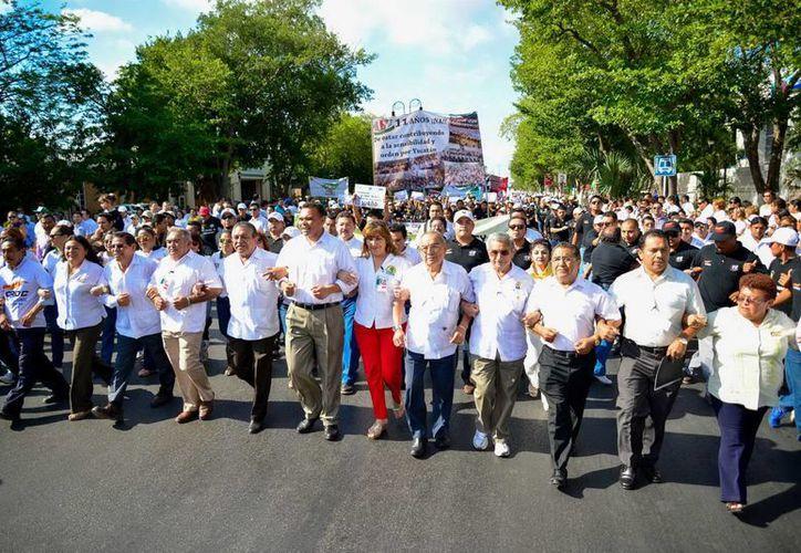 El gobernador Rolando Zapata Bello encabezó la marcha con motivo del Día del Trabajo. (SIPSE)