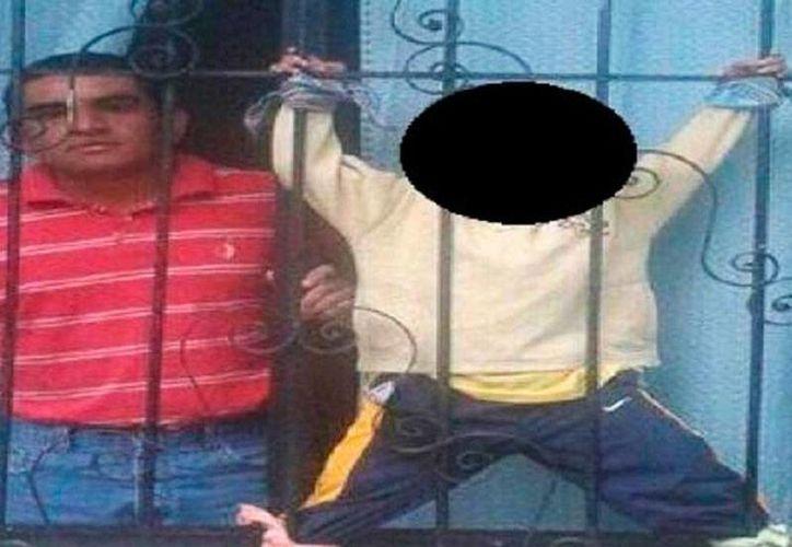 Una de las imágenes que circula en redes sociales, y que vecinos de la familia del niño que sufre maltrato se han encargado de difundir. (excelsior.com.mx)