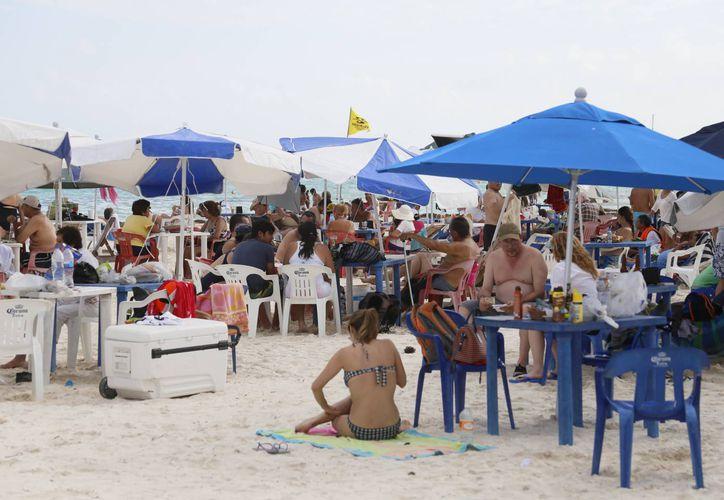 Cada año aumenta el número de turistas mexicanos en Puerto Morelos y Cancún. (Israel Leal/SIPSE)