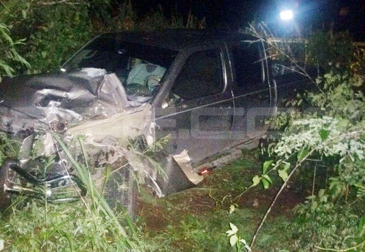 La camioneta había impactado contra la moto para luego terminar en la maleza. Su conductor huyo del lugar. (SIPSE)