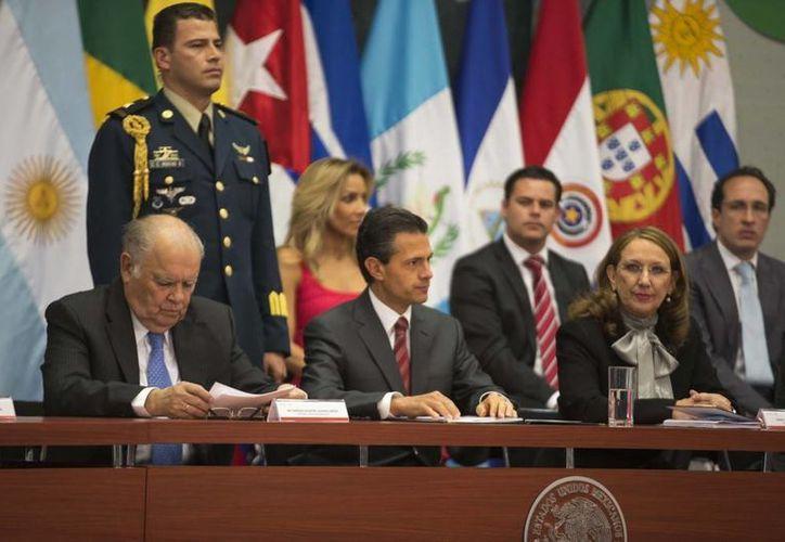 Peña Nieto ofreció a la nueva presidenta de la Conferencia Iberoamericana,  Rebeca Grynspan (izquierda), el respaldo de todos los países que integran esta comunidad.  (presidencia.gob.mx)