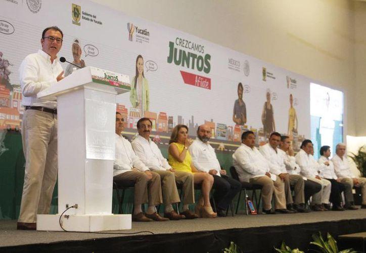 Imagen de la entrega de tabletas por parte del Secretario de Hacienda y Crédito Público, Luis Videgaray Caso, a pequeños y medianos empresarios de la Canaco-Servytur. (César González/SIPSE)