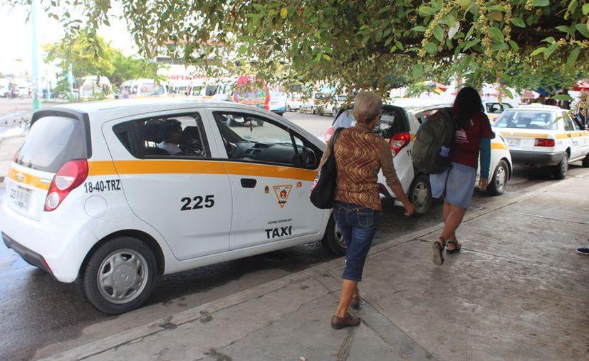 Sindicatos de taxistas de Chetumal y Cancún pondrán en operación cinco plataformas digitales. (Daniel Tejada/SIPSE)
