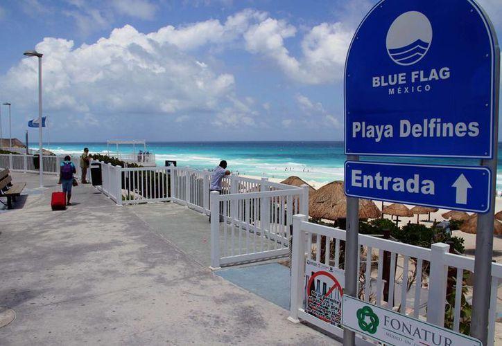 Aparatos para hacer ejercicios, baños y palapas son parte de los servIcios que ofrecen las playas certificadas. (Tomás Álvarez/SIPSE)