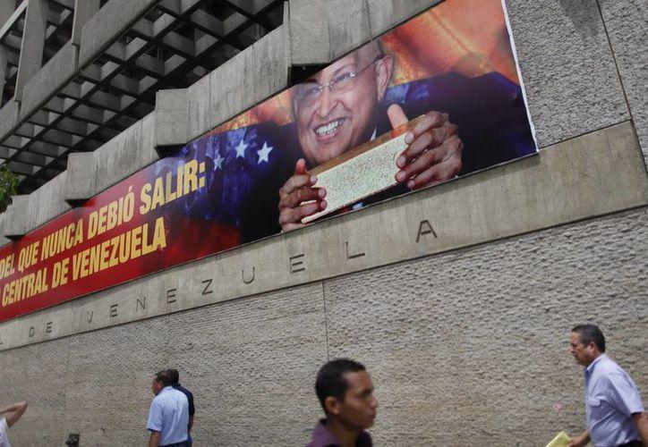 Fotografía de archivo del 5 de marzo de 2012 en la que se observa el exterior del Banco Central de Venezuela en Caracas. (EFE)