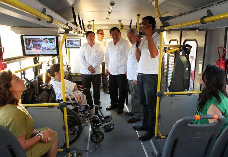 Funcionarios recorren uno de los autobuses adaptados que se entregaron a municipios. (SIPSE)