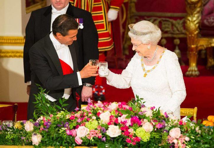 La reina Isabel II asegura que es 'mutua y creciente' la relación entre México y el Reino Unido. (AP)