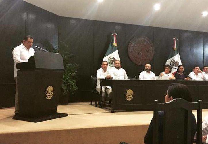 Caballero Durán realizó la entrega del II Informe de Rolando Zapata en breve ceremonia. (Twitter.com/@rubenvaldezceh)