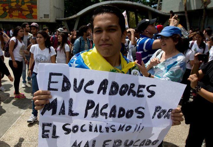 Unos mil 600 profesores de las universidades más grandes de Venezuela renunciaron a sus cátedras por los bajos salarios. Muchos están buscando trabajo en otros países. (AP)