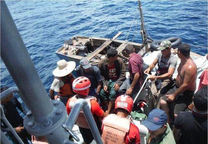 """Se localizó la embarcación de nombre """"Yary"""", color verde casco fibra de vidrio, procediendo a rescatar a nueve personas masculinas y una femenina. (Redacción/SIPSE)"""
