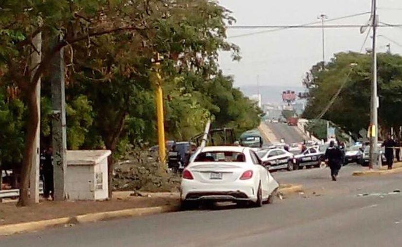 El hombre fue asesinado a bordo de un vehículo Mercedes Benz. (Foto: Sin Embargo)