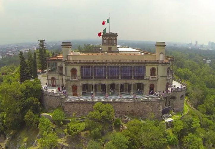 Entre los lugares mexicanos incluidos en el Travel By Drone se encuentra el Castillo de Chapultepec. (Captura de pantalla/YouTube)